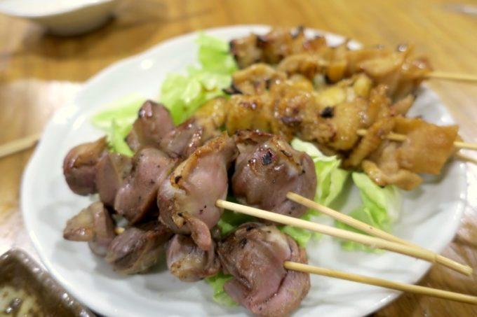鹿児島・薩摩川内「隆盛」砂肝串(1本100円)と皮タレ味焼串(1本100円)