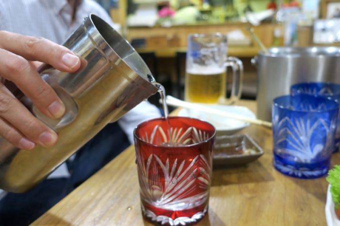 鹿児島・薩摩川内「隆盛」で芋焼酎を水割りにしていただく。グラスは薩摩切子。