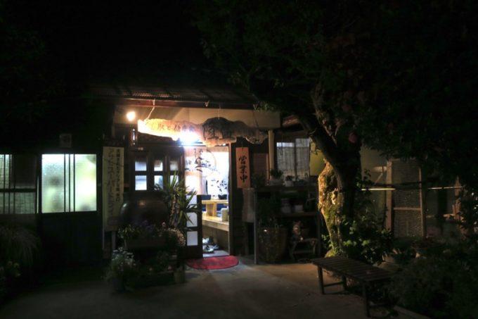 鹿児島・薩摩川内「隆盛」の建物と、右隣りにある地鶏を飼育している小屋。