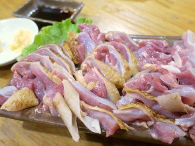 鹿児島・薩摩川内「隆盛」地鶏刺身(1人前800円)を2人前注文した。