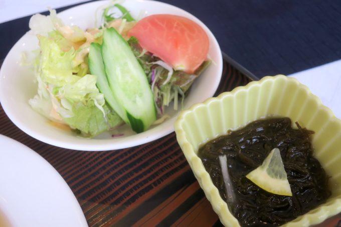 那覇・久米「レストラン アレグリア」定食についてきたサラダともずく酢。