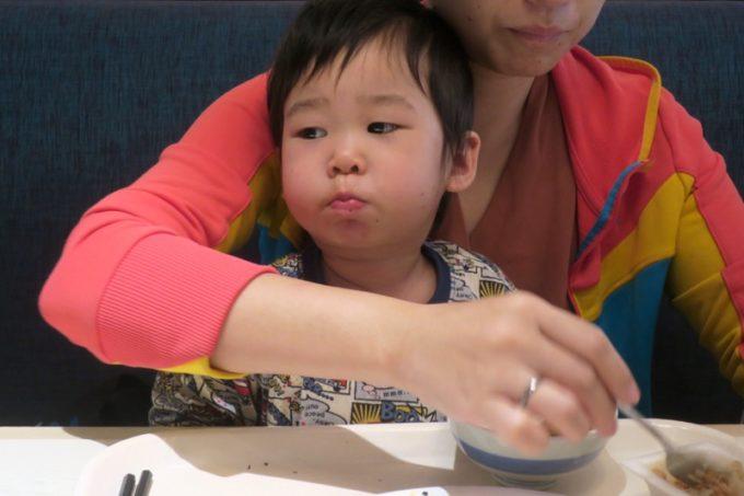 ANAクラウンプラザホテル熊本ニュースカイの朝食会場「サンシエロ」で朝ごはんを食べるお子サマー
