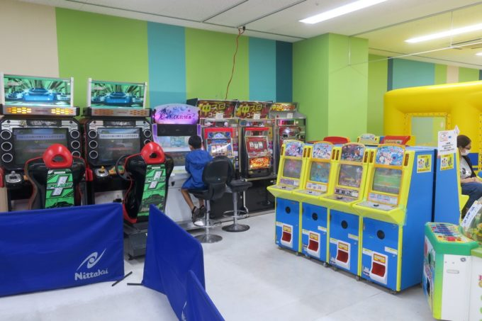 浦添・サンエーマチナトシティ「あそびパーク」のゲームコーナーも無料で遊べる。