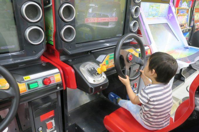 浦添・サンエーマチナトシティ「あそびパーク」ドライブゲームでハンドルを回す。