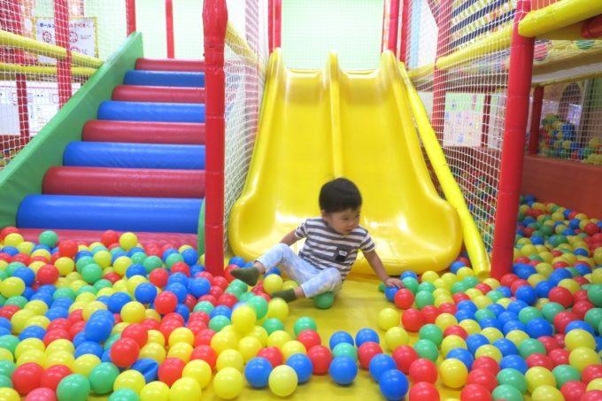 浦添・サンエーマチナトシティ「あそびパーク」キッズジムのボールプールで遊ぶ。