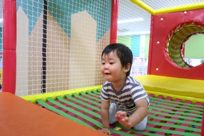 浦添・サンエーマチナトシティ「あそびパーク」キッズジムでハイハイする。