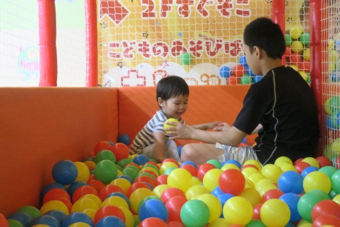 浦添・サンエーマチナトシティ「あそびパーク」キッズジムでよそのお兄ちゃんに遊んでもらう。