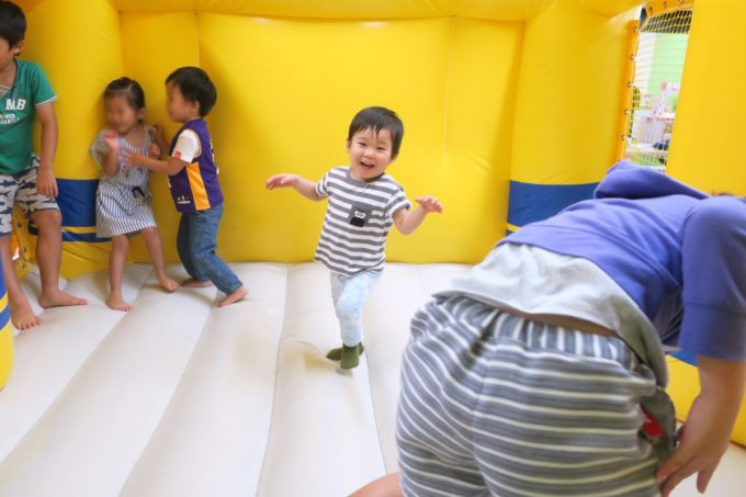 浦添・サンエーマチナトシティ「あそびパーク」ドクターイエローのエア遊具ではしゃぐお子サマー。