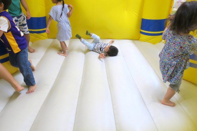 浦添・サンエーマチナトシティ「あそびパーク」ドクターイエローのエア遊具で転ぶお子サマー。