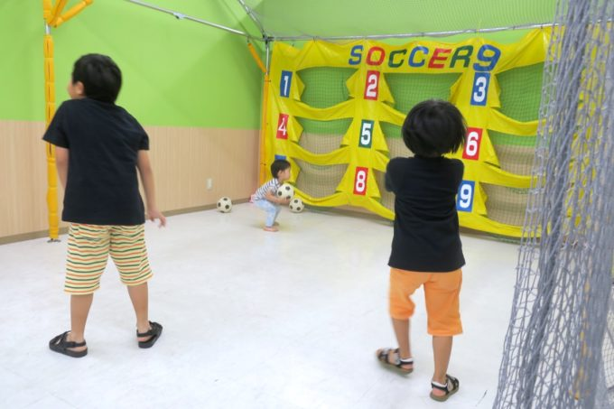 浦添・サンエーマチナトシティ「あそびパーク」サッカーゲーム。