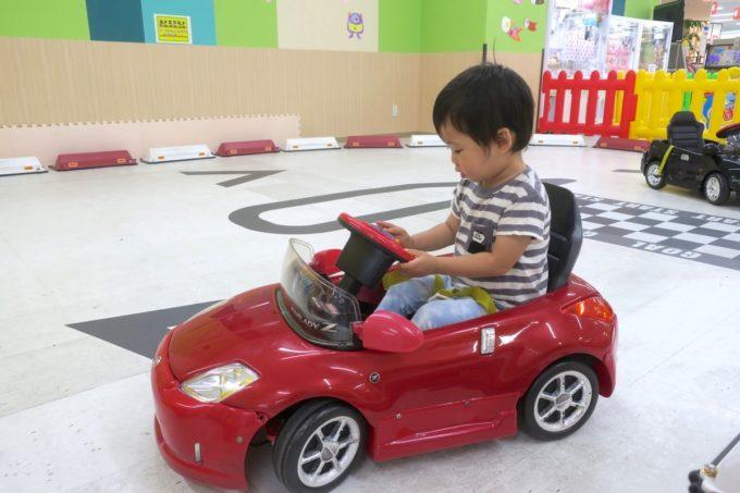 浦添・サンエーマチナトシティ「あそびパーク」にある車のおもちゃ。