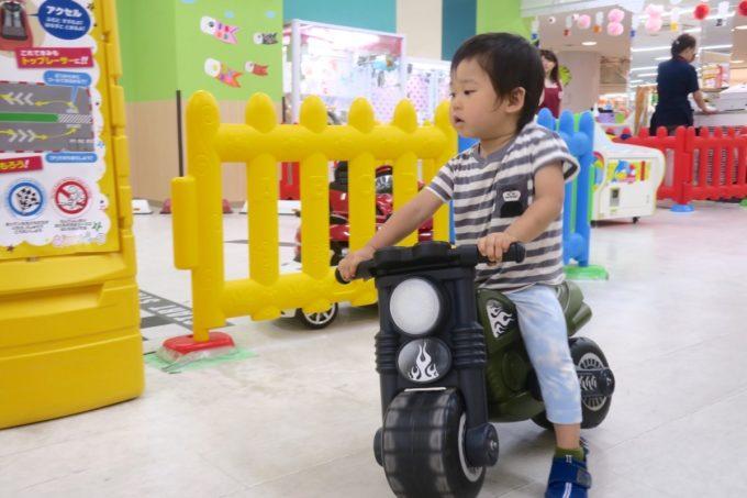 浦添・サンエーマチナトシティ「あそびパーク」にあるバイクのおもちゃ。