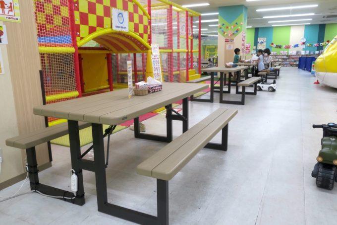 浦添・サンエーマチナトシティ「あそびパーク」にあるテーブルとイス。