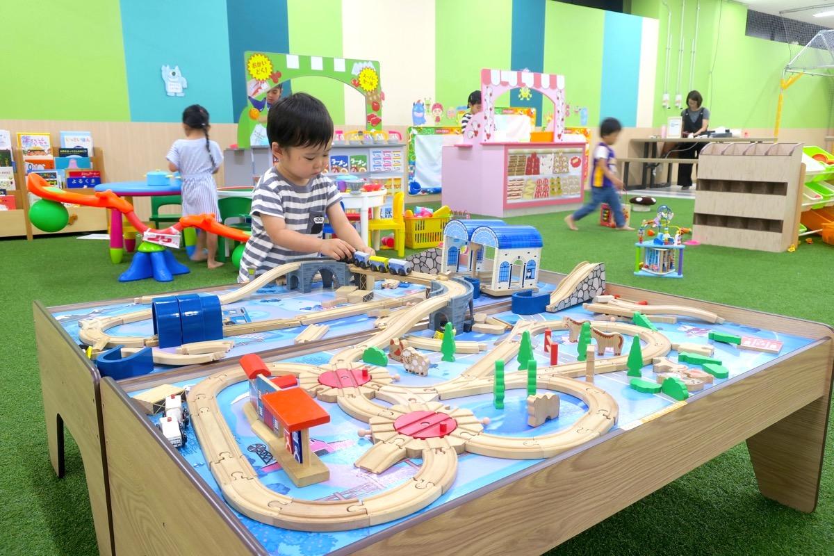浦添・サンエーマチナトシティ「あそびパーク」の線路のおもちゃで遊ぶお子サマー。