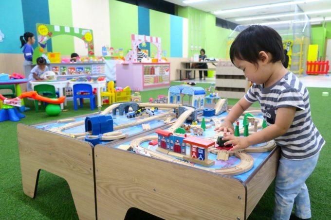 浦添・サンエーマチナトシティ「あそびパーク」の列車のおもちゃで遊ぶお子サマー。