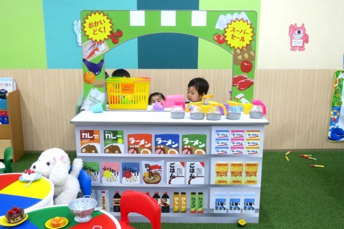浦添・サンエーマチナトシティ「あそびパーク」のお店屋さんごっこに侵入するお子サマー。