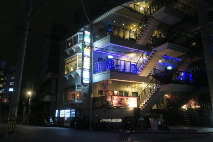 那覇・久米「泡盛倉庫」は久米8番館ビルの4階にある。