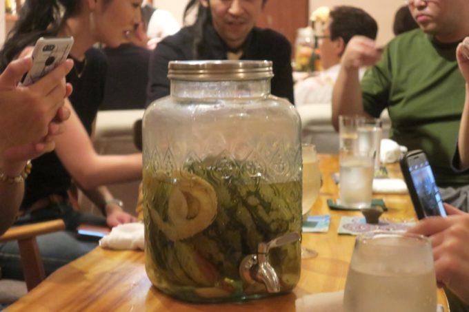那覇・久米「泡盛倉庫」スイカの泡盛サングリアを仕込んだ容器。