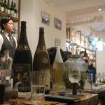 那覇・久米「泡盛倉庫」で飲んでいる風景