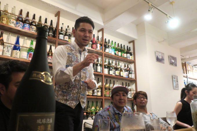 那覇・久米「泡盛倉庫」店主の比嘉さんが泡盛の伝道師として説明してくれる。