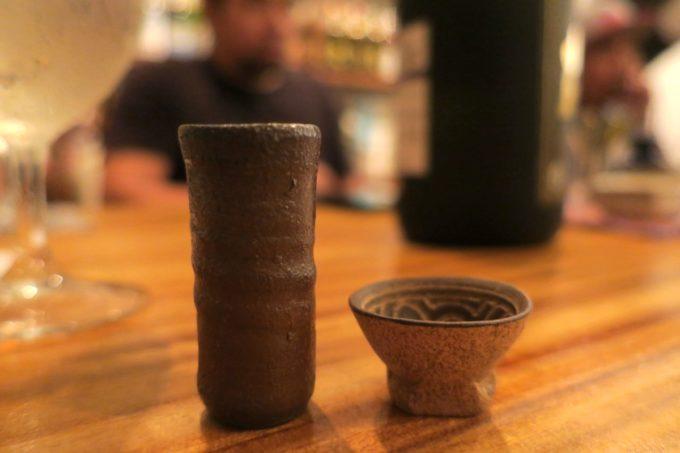 那覇・久米「泡盛倉庫」2種類の器で、泡盛の飲み比べで味の違いを学ぶ。