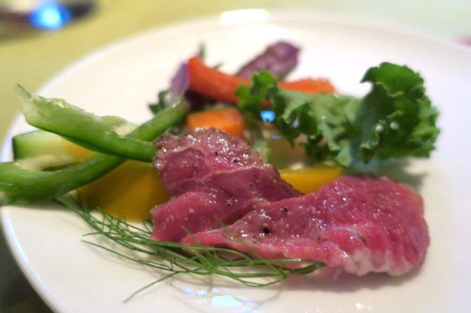 那覇・栄町「ビストロ ルボングー(Bistro Le Bon Gout)」ヤギパッチョはクセが控えめのヤギ肉が柔らかくおいしい。