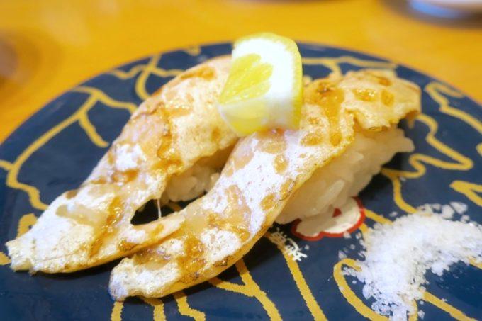 鹿児島県霧島市「廻る寿司 めっけもん 国分店」一番人気の炙りサーモンレモン塩(250円)