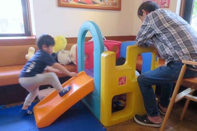 鹿児島県霧島市「廻る寿司 めっけもん 国分店」の一角に、キッズスペースがあり、子供達が遊んでいた。