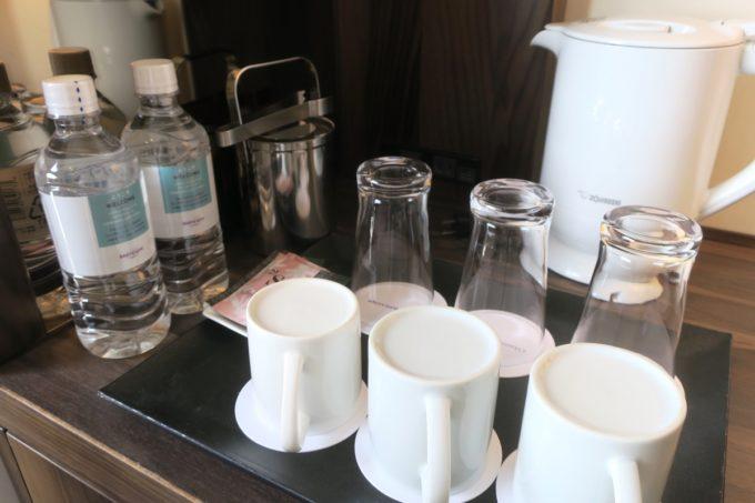 那覇・壺川「メルキュールホテル沖縄那覇」無料のボトルウォーター2本とコップ類