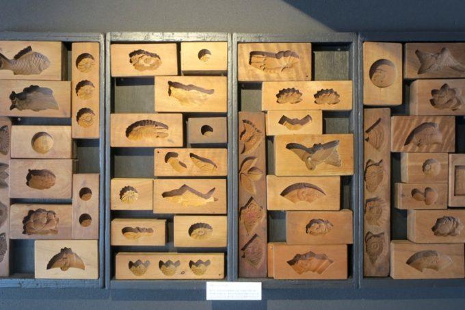 鹿児島・霧島市「森三 敷根本店」古くから和菓子に使ってきた木型が展示されていた