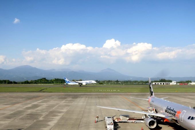 鹿児島空港(国内線3階)の展望デッキから離陸するANA機を眺める。