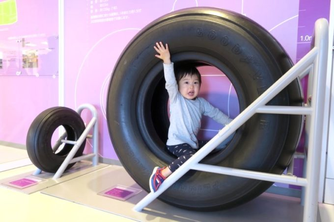 鹿児島空港の航空展示室「SORA STAGE(ソラステージ)」ボーイング747用タイヤにまたがるお子サマー