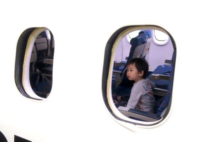 鹿児島空港の航空展示室「SORA STAGE(ソラステージ)」でお子サマーを見失うも、座席で大人しく座っているのを発見。