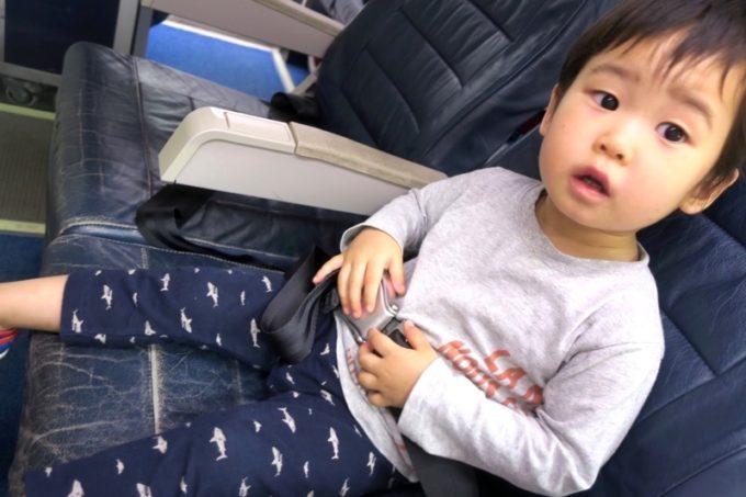 鹿児島空港の航空展示室「SORA STAGE(ソラステージ)」でベルトを開け閉めするお子サマー。