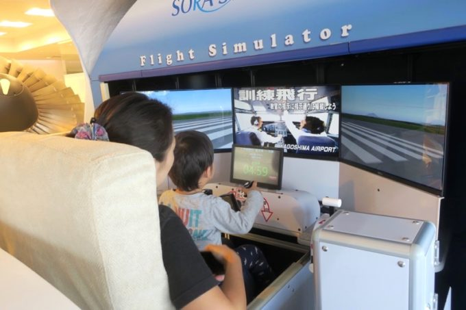 鹿児島空港の航空展示室「SORA STAGE(ソラステージ)」のフライトシミュレーター(300円)でジェット機の操縦にチャレンジ。