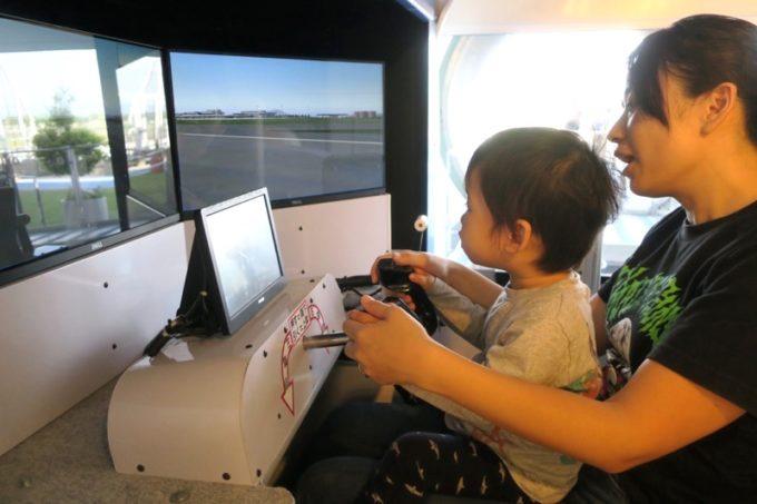 鹿児島空港の航空展示室「SORA STAGE(ソラステージ)」のフライトシミュレーターを操縦するちびっこ機長。