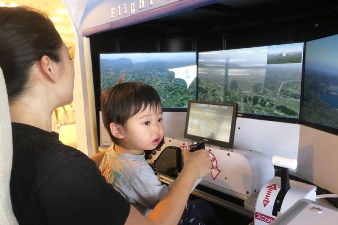 鹿児島空港の航空展示室「SORA STAGE(ソラステージ)」フライトシミュレーターに飽きたちびっこ機長。