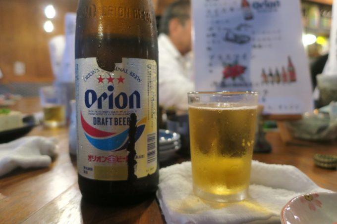 那覇・栄町「沖縄炉端 ゆうなみ」の飲み放題で瓶ビールのオリオンドラフトをいただく。