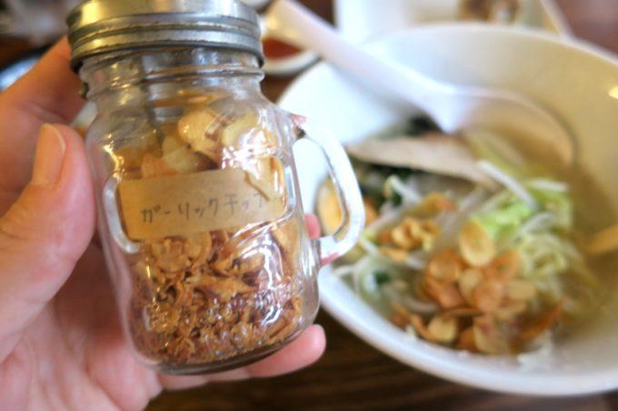 那覇・長田「ラーメン屋あさひ」トロうま野菜ラーメン(塩、750円)にガーリックチップがよく合う。
