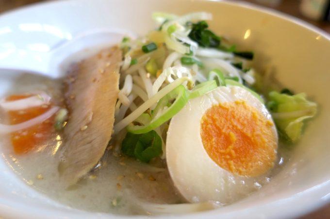 那覇・長田「ラーメン屋あさひ」トロうま野菜ラーメン(塩、750円)をアップで。