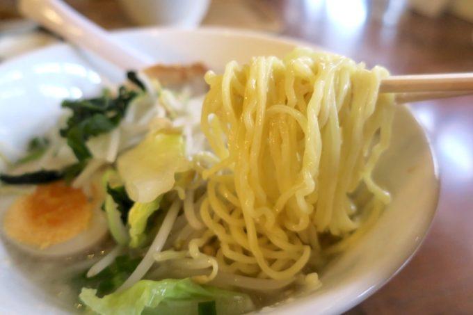 那覇・長田「ラーメン屋あさひ」トロうま野菜ラーメン(塩、750円)の麺。