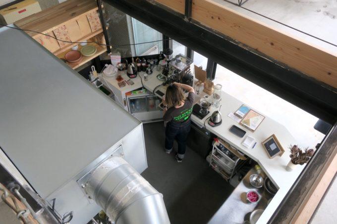 那覇・久茂地「BETTER GIRL(ベターガール)」2階席からレジ兼キッチンを眺める。