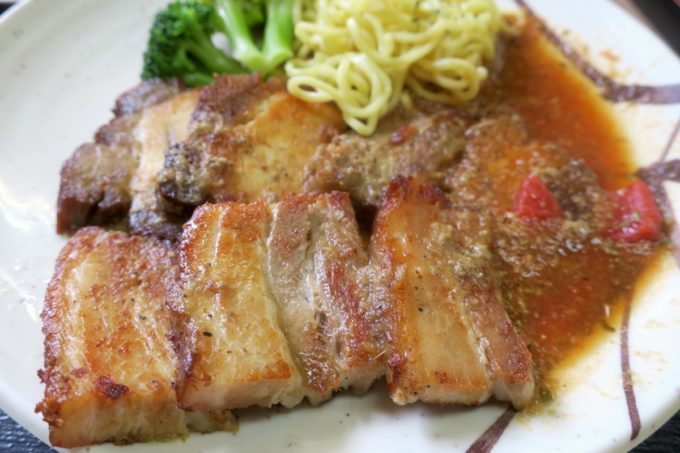 名護「ブラジル食堂」ポルコ・アサードは豚の三枚肉を使っている。