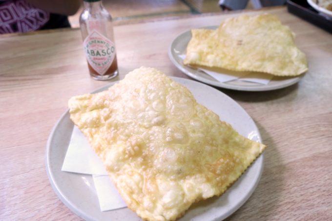 名護「ブラジル食堂」単品のパステウ(ひき肉とチキン、各160円)