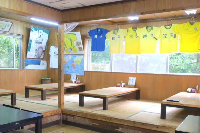 名護「ブラジル食堂」の店内にはペレやロベルト・カルロスのサインが。