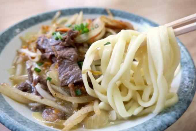 名護「ブラジル食堂」牛肉そばは平打ち麺をつかっている