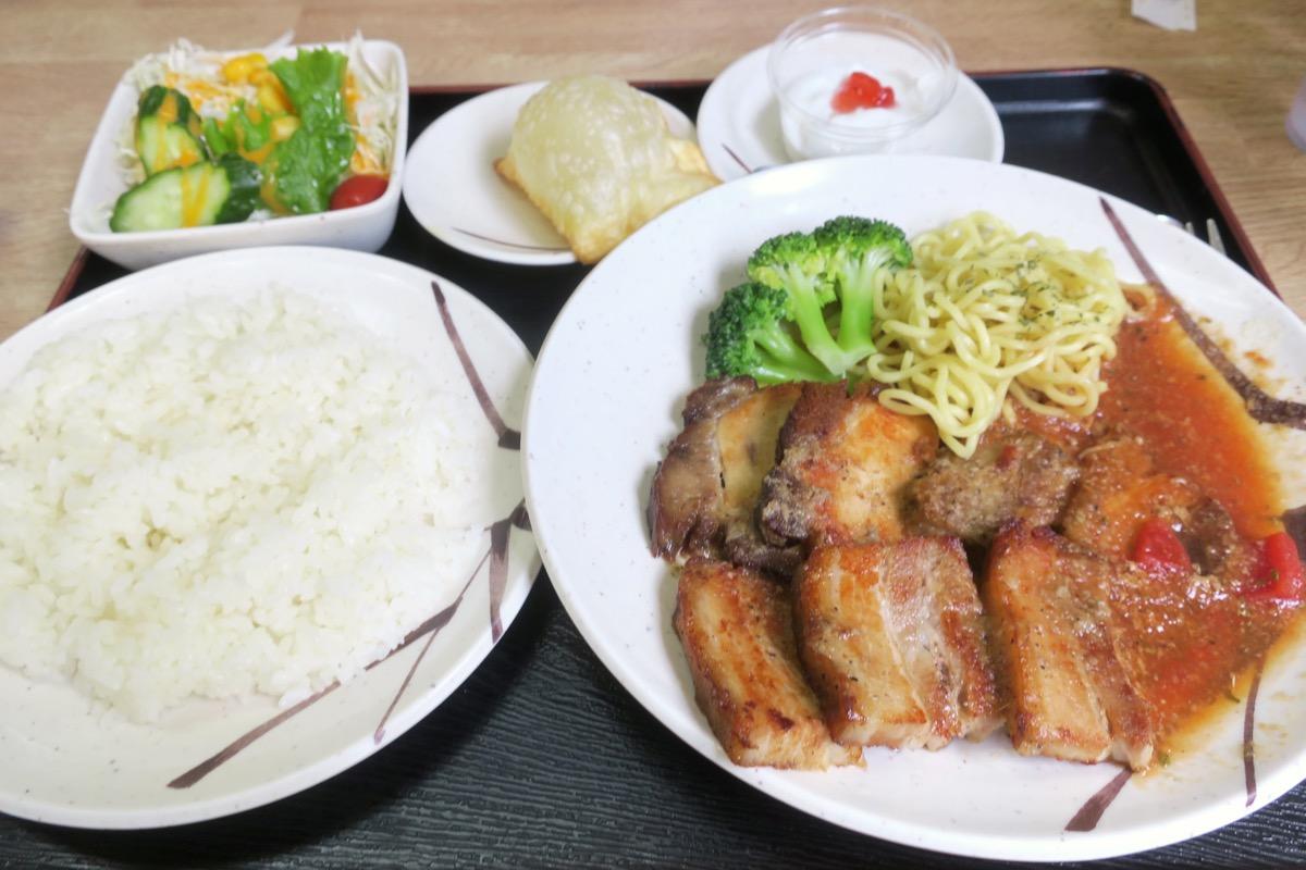 名護「ブラジル食堂」ポルコ・アサード(ブラジル風焼豚、1240円)