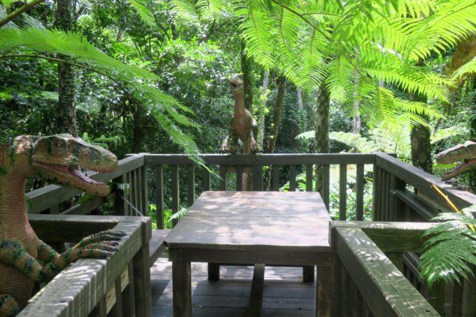 名護「DINO 恐竜 PARK やんばる亜熱帯の森」休憩しようもんなら噛みつかれそうなテーブル。