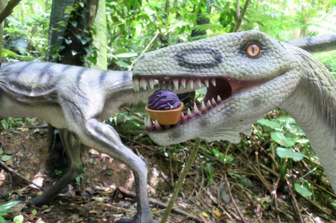 名護「DINO 恐竜 PARK やんばる亜熱帯の森」紅いもタルトを加えた恐竜。