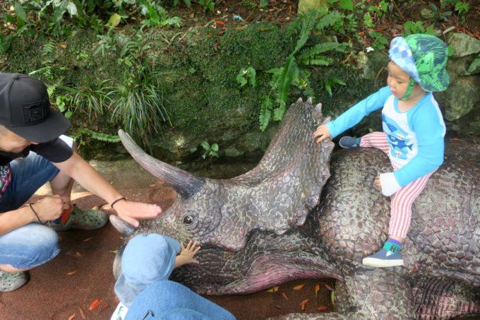 名護「DINO 恐竜 PARK やんばる亜熱帯の森」道端に横たわる恐竜には強気の子どもたち。